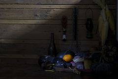 Naranjas frescas, secadas de frutas, de cadena y de la botella en la madera en sitio imagenes de archivo
