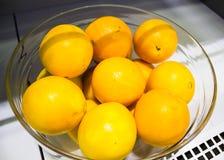 Naranjas grandes en el contador Imagen de archivo