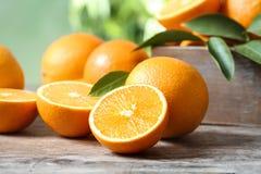 Naranjas maduras en la tabla foto de archivo libre de regalías