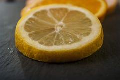 naranjas, pomelo, limón en un fondo negro Foto de archivo libre de regalías
