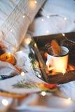 Naranjas secas del fondo de la Navidad, mandarinas dulces en una caja, café en una taza blanca fotografía de archivo libre de regalías