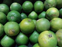 Naranjas verdes que pueden ser recomendadas por los consumidores con las pieles de ante amargas del gusto fotografía de archivo