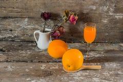 Naranjas y jugo Fotografía de archivo libre de regalías