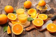 Naranjas y jugo Foto de archivo