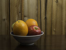 Naranjas y manzanas en un cuenco azul #2 Fotografía de archivo