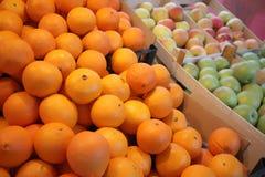 Naranjas y manzanas frescas Fotos de archivo libres de regalías