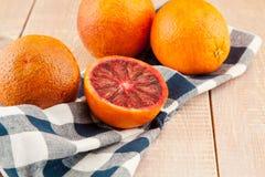Naranjas y rebanadas rojas maduras de sangre con la toalla con una toalla Fotografía de archivo libre de regalías