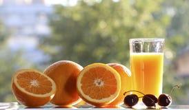 Naranjas y zumo de naranja Imagen de archivo
