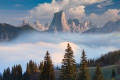 Naranjo de Bulnes bekannt als Picu Urriellu am nebeligen Morgen in Asturien, Spanien stockfotos