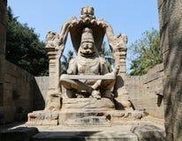 Narasinha (avatar av vishnuen) staty i Hampi arkivbilder