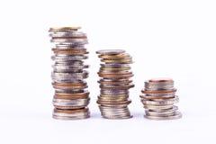 Narastający pieniądze wykres na trzy rzędzie moneta i stos kąpielowa monety sterta na białym tle finansujemy biznes odizolowywają Obraz Royalty Free