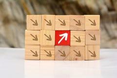 Narastający Up pojęcie z drewnianych bloków strzała iść oddolny zdjęcie royalty free