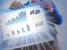 Narastający biznesowy wykres przy laptopu ekranem na round stole Obrazy Royalty Free