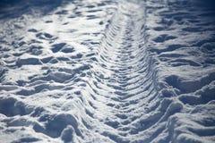 Narbe vom Winterbus im Schnee die Straße fern auf Schnee Stockfotografie
