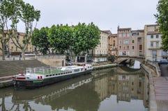 Narbonne, França e o canal de la Robine. Casas na ponte Imagens de Stock Royalty Free