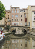 Narbonne, Francja i Kanałowy De Los angeles Robine. Domy na moscie Obrazy Stock