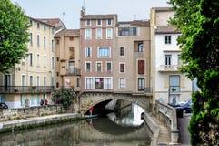 Narbonne, Francja i Kanałowy De Los angeles Robine. Domy na moscie Fotografia Stock