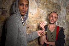 Narcóticos e drogas de compra do viciado em drogas imagem de stock royalty free
