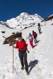 NARCHYANG, NEPAL 24 DE MARÇO: Um grupo dos turistas 24, 2015 em Narch Imagem de Stock Royalty Free