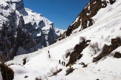 NARCHYANG, NEPAL 24 DE MARZO: Un grupo de los turistas 24, 2015 en Narch Foto de archivo libre de regalías