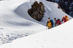 NARCHYANG, NEPAL 23 DE MARZO: Un grupo de los turistas 23, 2015 en Narch Fotos de archivo