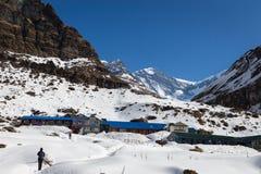 NARCHYANG, NEPAL 23 DE MARZO: Un grupo de los turistas 23, 2015 en Narch Imagen de archivo