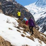 NARCHYANG, NEPAL-MARCH 23: Grupa turyści 23, 2015 w Narch Obraz Royalty Free