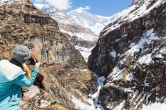 NARCHYANG, NEPAL-MARCH 23: Grupa turyści 23, 2015 w Narch Obraz Stock