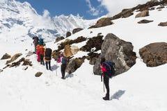 NARCHYANG, NEPAL-MARCH 23: Grupa turyści 23, 2015 w Narch Obrazy Stock