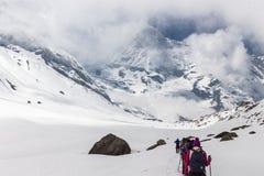 NARCHYANG, NEPAL-MARCH 23: Grupa turyści 23, 2015 w Narch Zdjęcia Royalty Free
