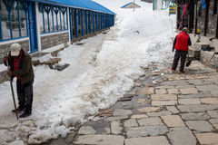NARCHYANG, NEPAL-MARCH 23: Himalaje zaludniają 23, 2015 w Narchyan Obrazy Stock