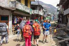 NARCHYANG NEPAL-MARCH 18: Himalayasfolk 18, 2015 i Narchyan Fotografering för Bildbyråer