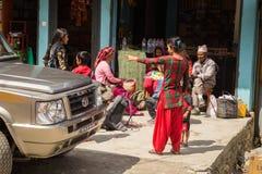 NARCHYANG NEPAL-MARCH 18: Himalayasfolk 18, 2015 i Narchyan Arkivfoton
