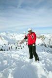Narciarka bawić się w snowball Zdjęcie Stock