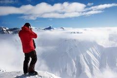 Narciarka na szczyciefal tg0 0n w tym stadium góry i śniegu gór w mgle Fotografia Stock