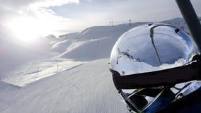 narciarka, narciarski skłon śnieg, hełma chromu tła ludzie Zdjęcia Royalty Free