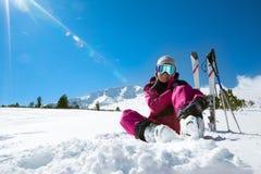 Narciarka odpoczywa na narciarskim skłonie Zdjęcia Royalty Free
