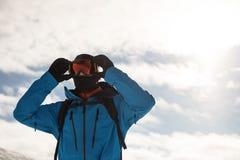 Narciarka przystosowywa jego okulary przeciwsłonecznych Zdjęcie Stock