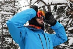 Narciarka przystosowywa jego okulary przeciwsłonecznych Zdjęcie Royalty Free