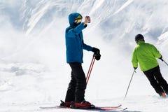 Narciarka robi selfie na kamerze i śnieżnych górach w mgle dzwonić Obraz Royalty Free