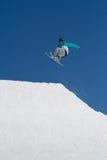 Narciarka skacze w śniegu parku, ośrodek narciarski Fotografia Royalty Free