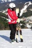 Narciarka stojaki na górze góry Zdjęcie Stock
