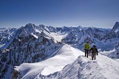 Narciarka z górami na dnie Mont Blanc Zdjęcia Royalty Free