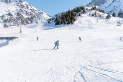 narciarki i snowboarders ślizgają się puszek góra na tle góry ośrodek narciarski Shymbulak, Medeo Almaty, Kazachstan fotografia stock