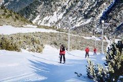 Narciarki jedzie narciarskiego dźwignięcie w ośrodku narciarskim Borovets w Bułgaria Piękny zimy landscape zdjęcia stock