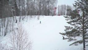Narciarki jedzie zjazdowego pobliskiego narciarskiego dźwignięcie w Syberia zbiory