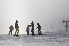 Narciarki na narciarskich skłonach w mgle Zdjęcie Royalty Free