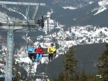 Narciarki na narciarskim dźwignięciu Obrazy Royalty Free