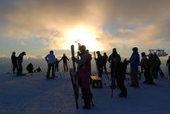 narciarki na szczycie przy zmierzchem Zdjęcia Stock
