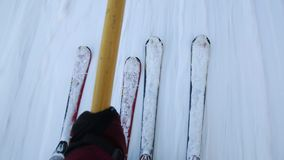 Narciarki na teownika narciarskim dźwignięciu, dźwignięcia ciągnienia narciarki wierzchołek skłon W górę narty zbiory